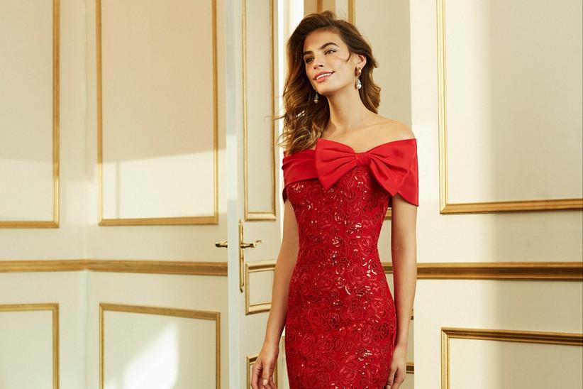 vestido rojo de fiesta con moño en escote
