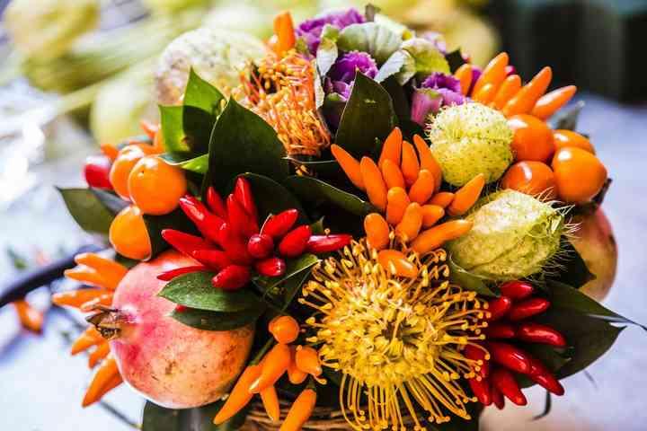 ramo de novia exótico con crisantemos y frutas
