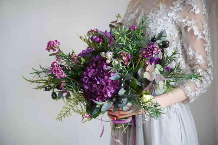 ramo de novia gran con flores moradas