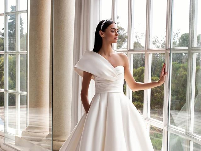 40 vestidos de novia con escote asimétrico llenos de glamur y encanto