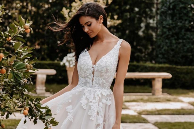vestido de novia con escote en V y flores