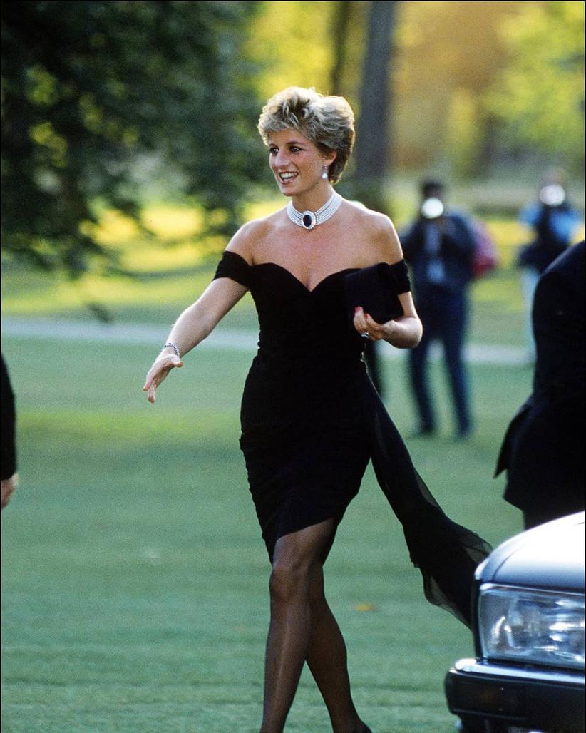 vestido de fiesta negro corto y de escote hombros caídos princesa Diana de Gales