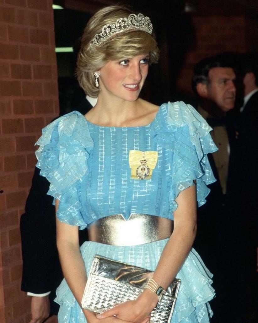 vestido elegante azul con holanes en las mangas princesa lady di