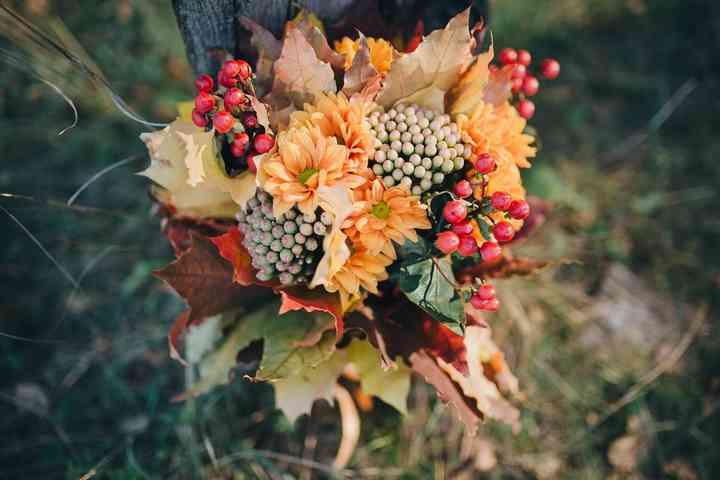 ramo de novia  con plantas secas y bayas