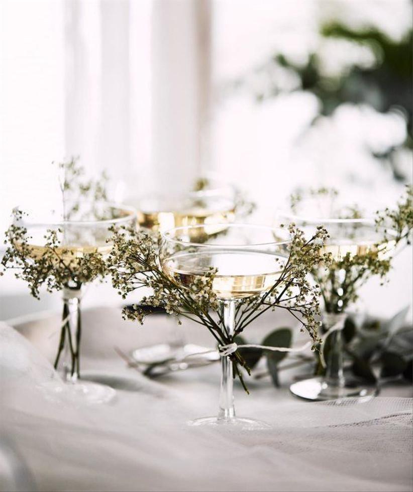 copas de champaña con flores para decorar la boda