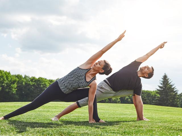 Las poses de yoga básicas para practicar en pareja