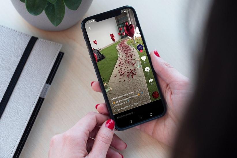 viendo challenges de tiktok de pedidas de matrimonio en el celular