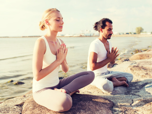 5 beneficios de practicar yoga en pareja, ¡pónganse a prueba!