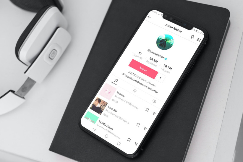 celular con aplicación TikTok música