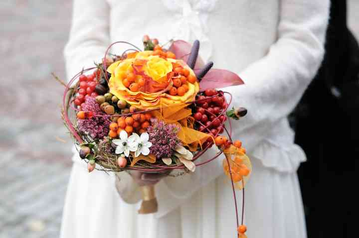 ramo de novia circular con bayas, flores amarillas y rojas