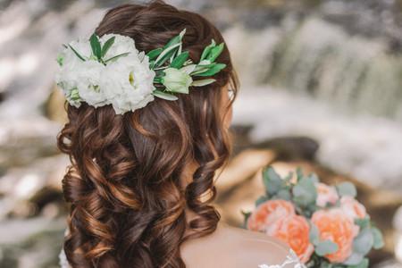 Peinados de novia con flores naturales, no podrás escoger solo uno
