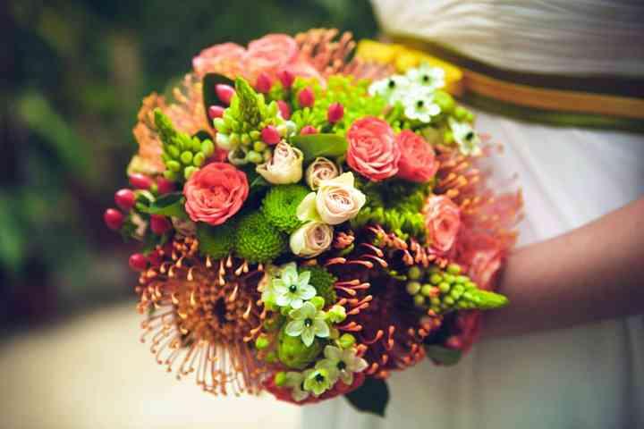 ramo de novia redondo con crisantemos, rosas y margaritas verdes