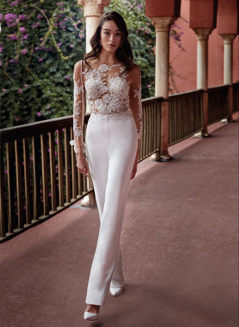 jumpsuit para novia con encaje floral y transparencia