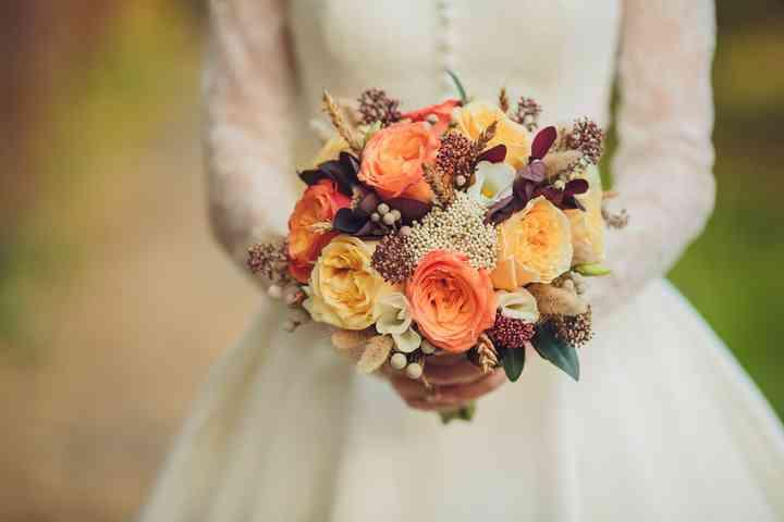 ramo de novia pequeño con rosas amarillas y salmón