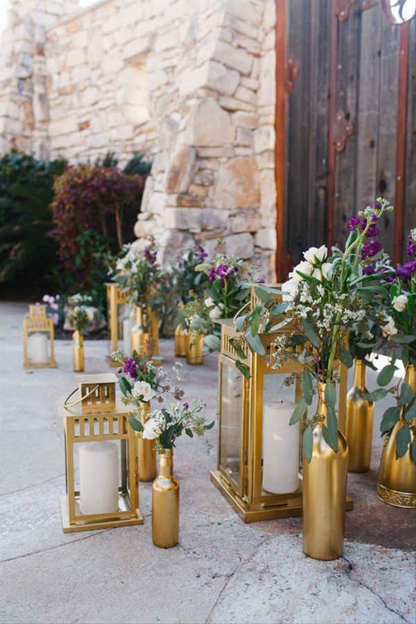 botellas y lámparas doradas para decorar la boda