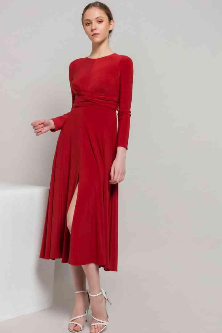 vestido rojo de fiesta oscuro con abertura en la falda