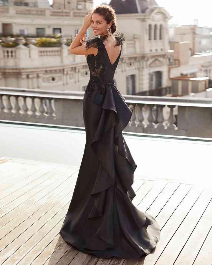 vestido negro de noche con escote en la espalda y holanes en la falda