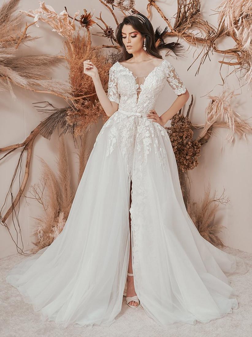 vestido de novia corte sirena con sobrefalda y mangas tres cuartos