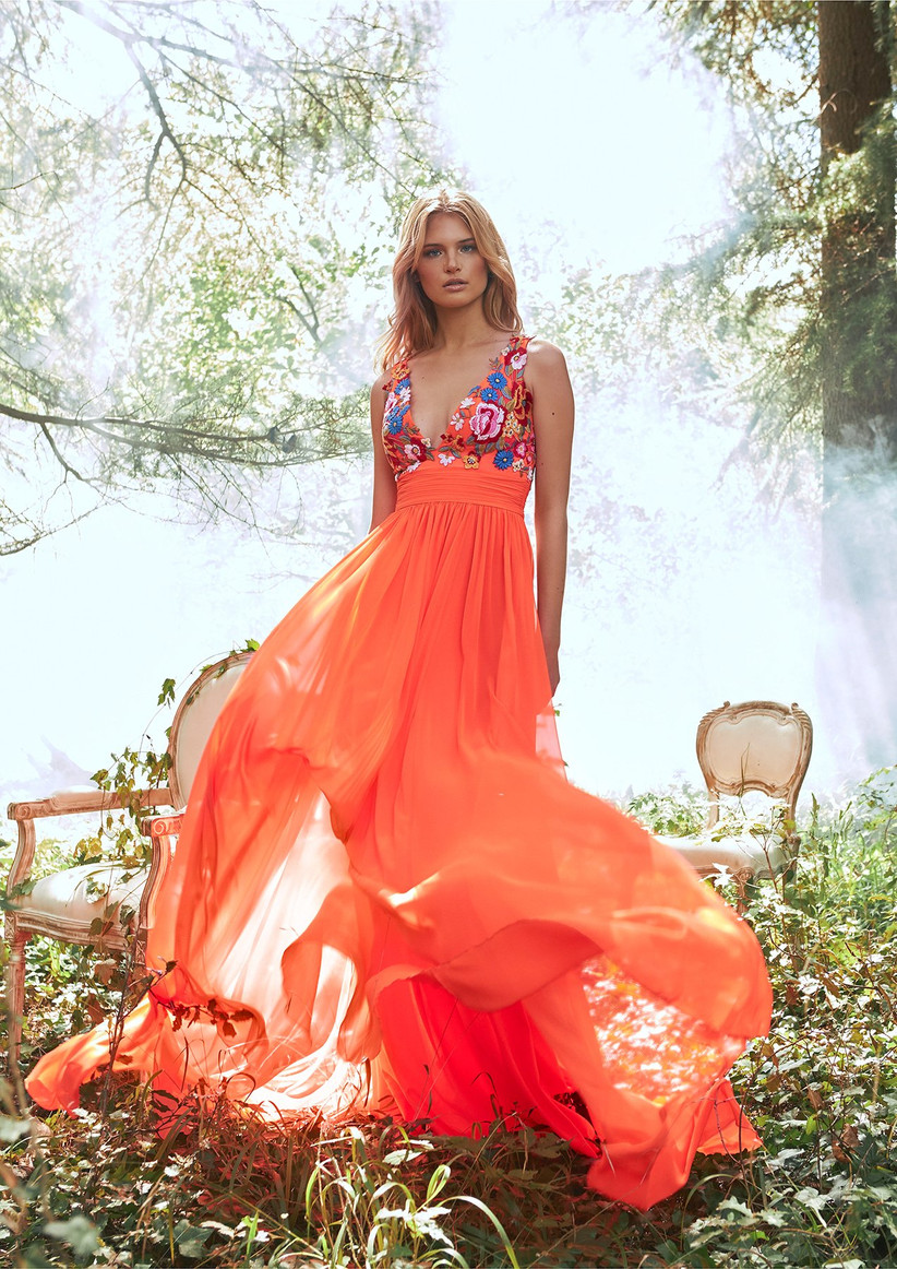 vestido de fiesta para boda escote en V con bordados