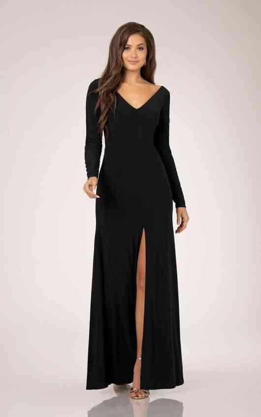 vestido de noche negro largo con abertura en la falda y manga larga con escote en v