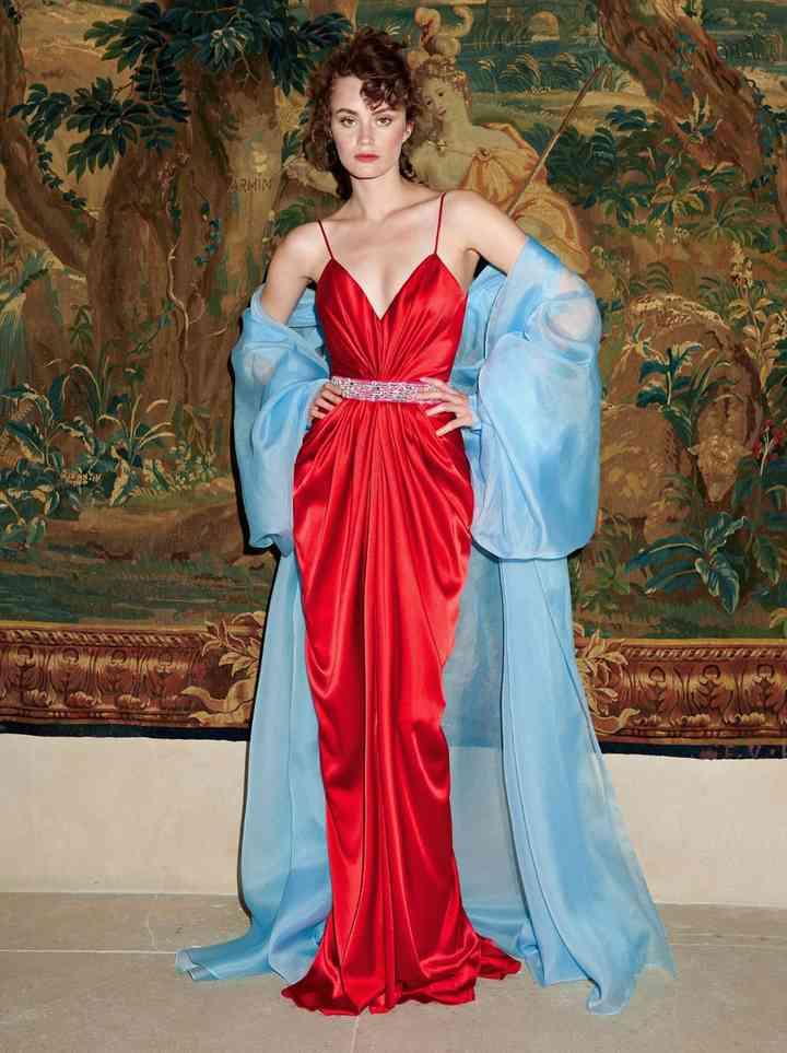 vestido de fiesta rojo elegante con abrigo azul