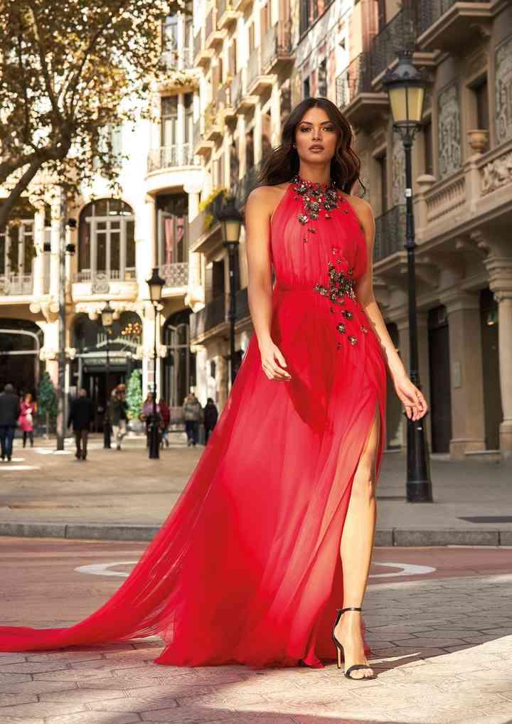 vestido rojo de fiesta largo con cauda