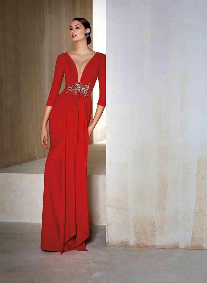 vestido rojo largo con escote y cinturón joya