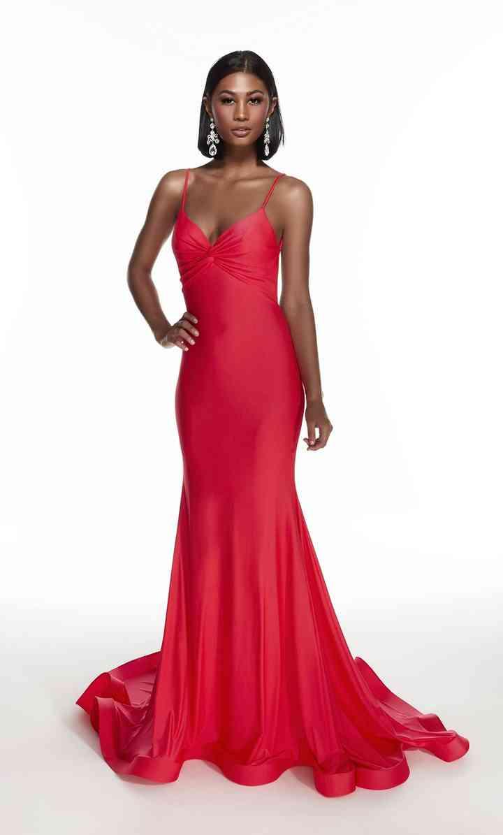 vestido rojo de fiesta largo con tirantes y escote corazón con cauda