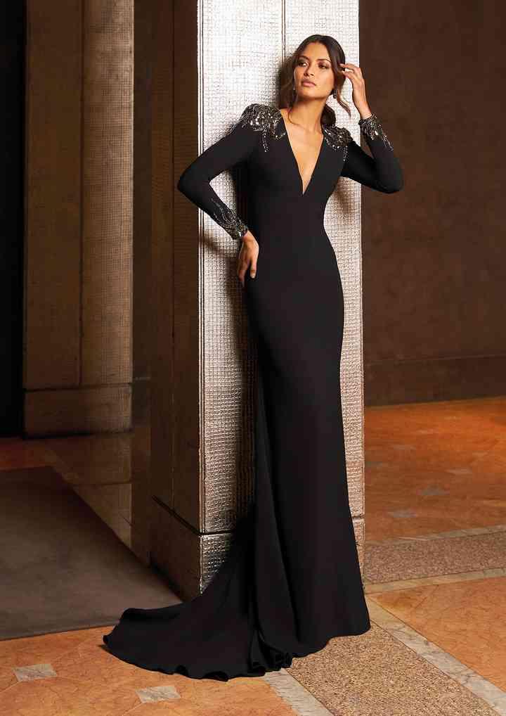 vestido largo negro con cauda y manga larga