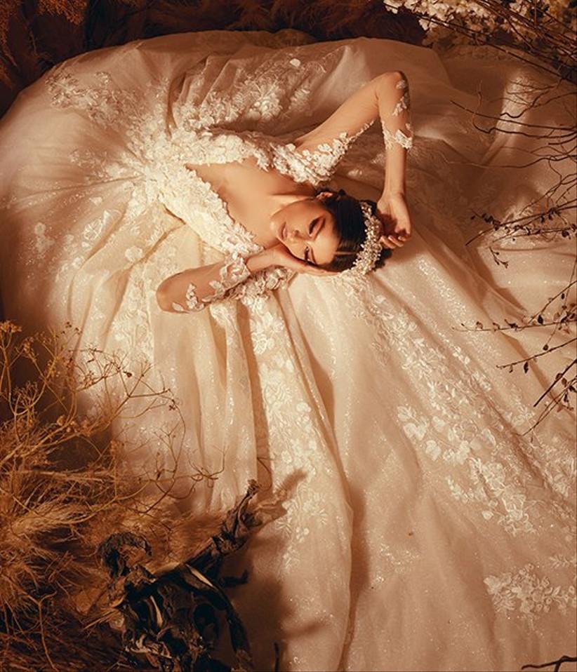 vestido de novia con encaje de escote en V y falda con volumen