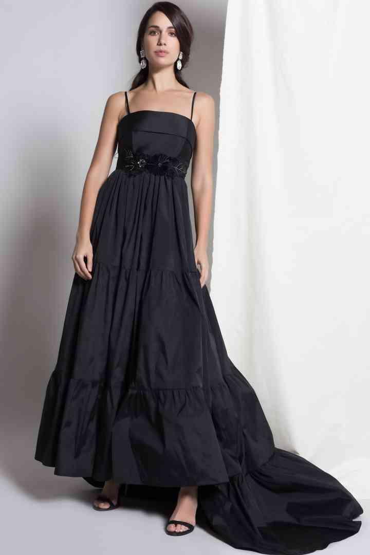 vestido negro de noche con volumen y escote recto