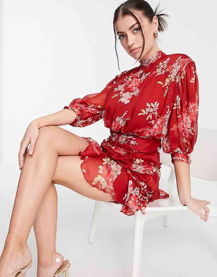vestido corto de flores y manga