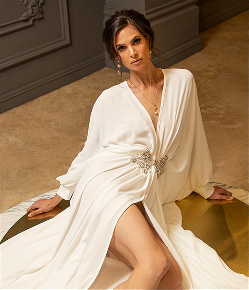 vestido de novia corte imperio con abertura en la falda