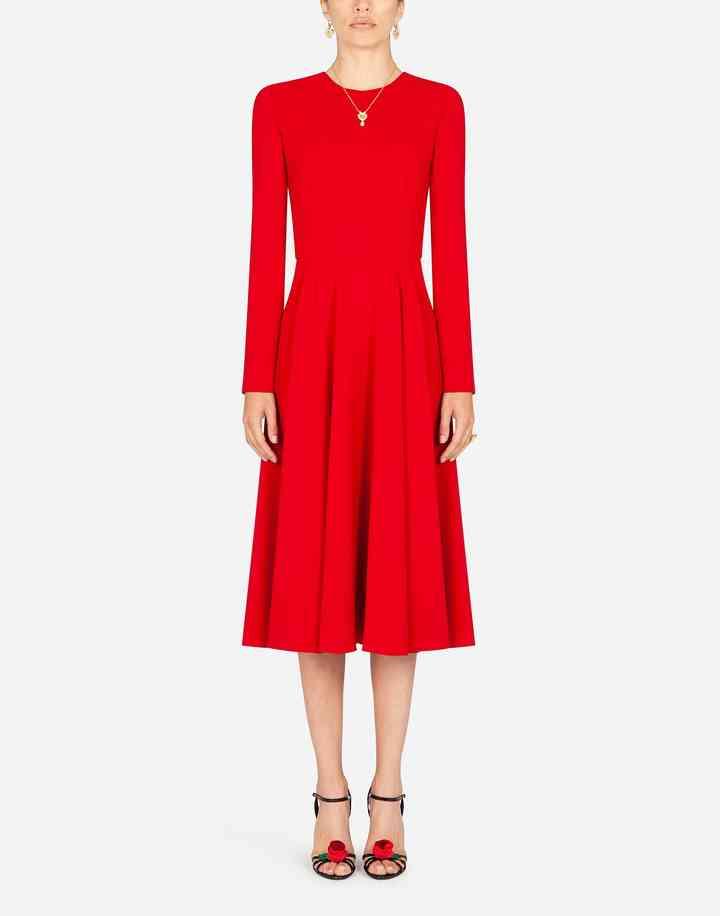 vestido de fiesta rojo plisado y cuello redondo