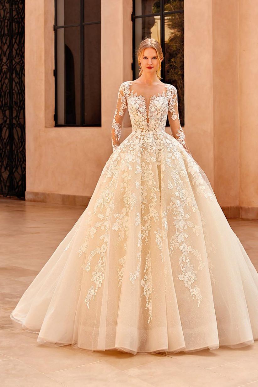 vestido de novia princesa con transparencia y escote corazón con bordados florales
