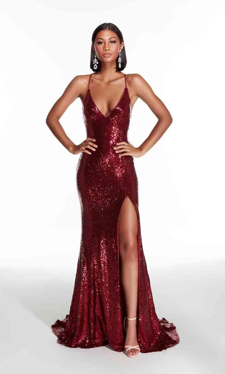 vestido de fiesta rojo oscuro con abertura en la pierna