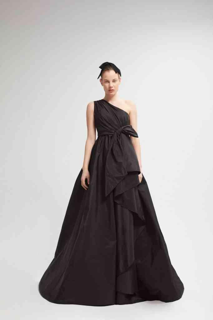 vestido negro de fiesta corte princesa con escote asimétrico
