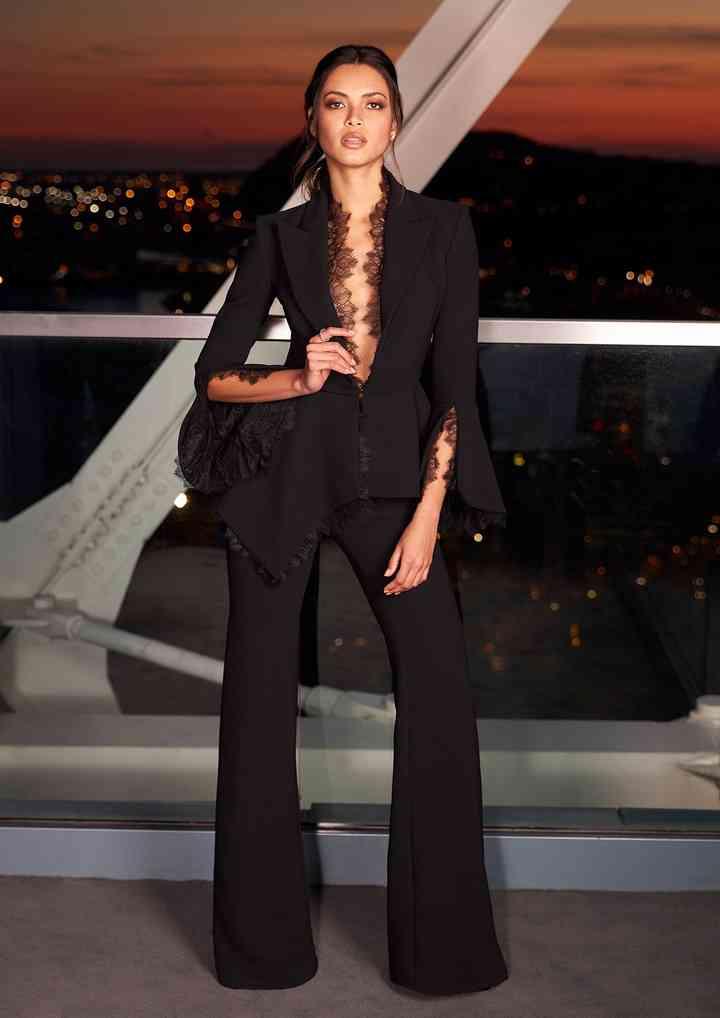 jumpsuit negro con escote profundo para fiesta de boda