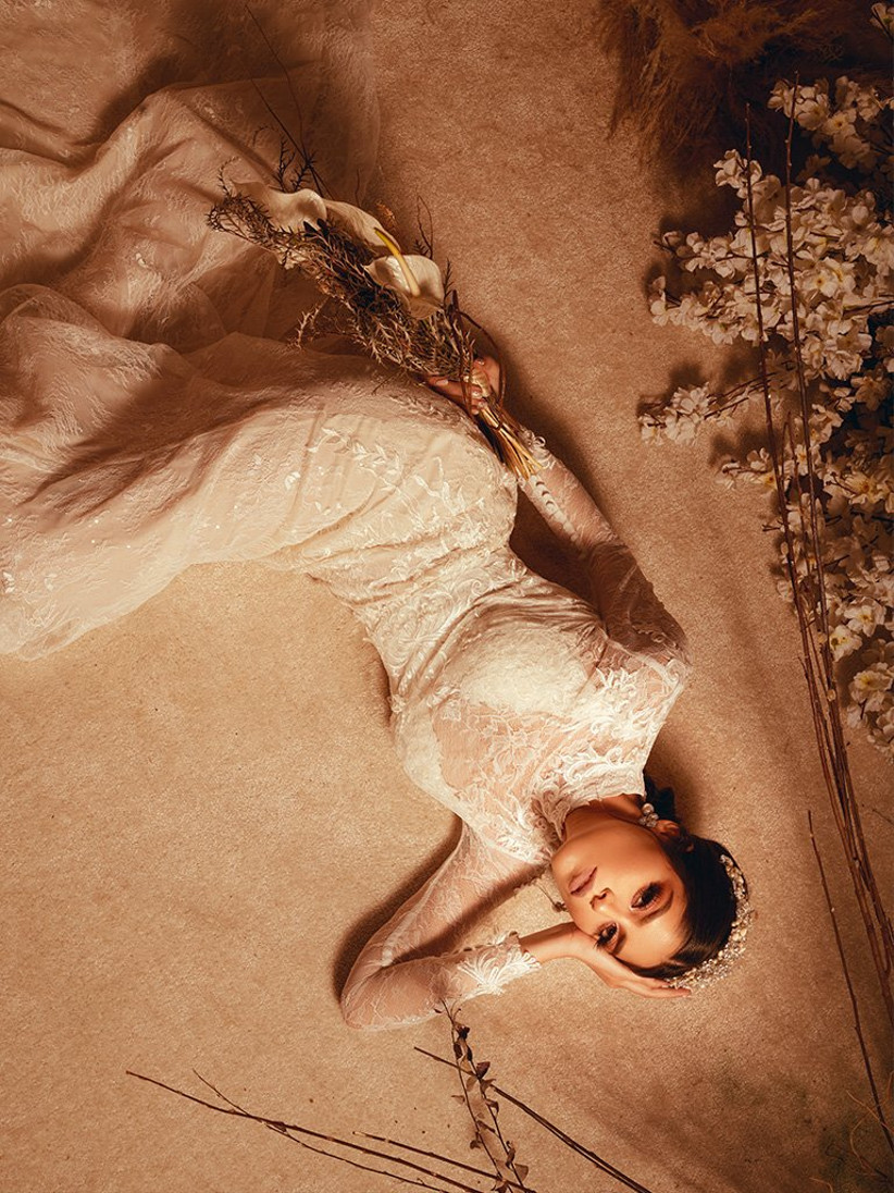 vestido de novia corte recto con manga larga transparente