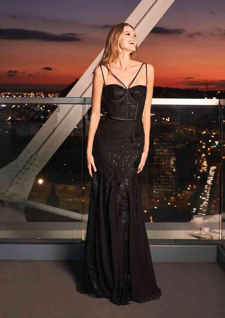 vestido elegante negro con escote recto y tirantes