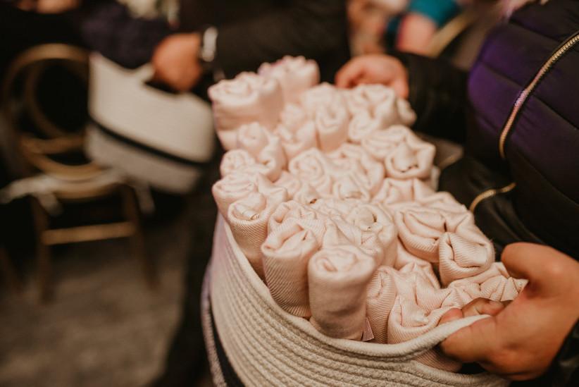 Mantas como recuerdos de boda en cestas