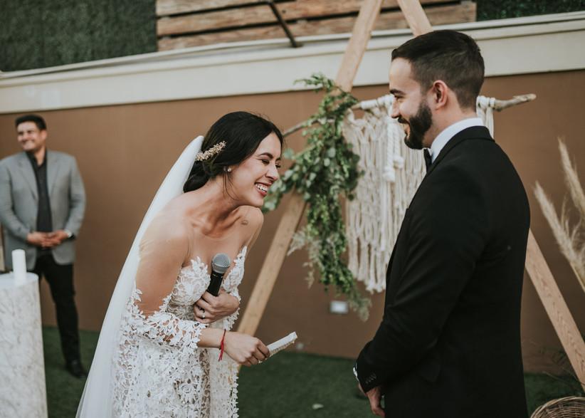 novia y novio sonriente en la ceremonia de boda