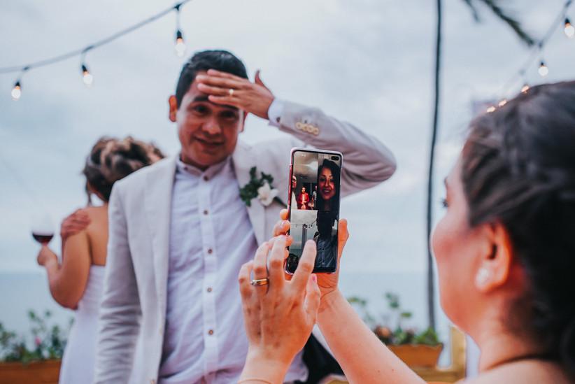 novio saluda a invitados de boda online