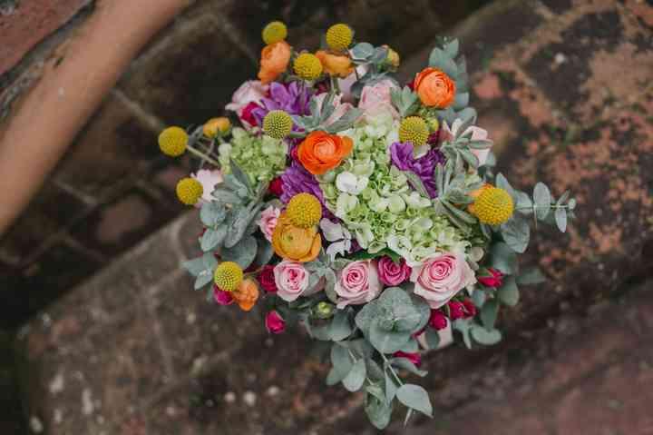 ramo de novia bonito con craspedias, rosas mini y follaje