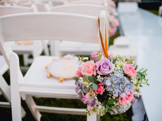 35 ideas para usar 'pomanders' de flores en la decoración de boda