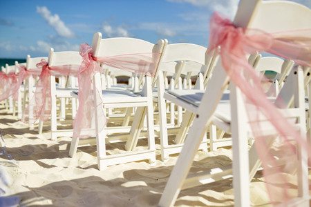 7 ideas para decorar las sillas de los invitados en la ceremonia