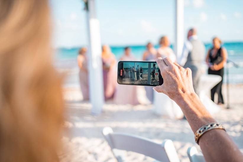 Invitados en boda virtual en la playa