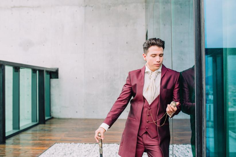 traje de novio tipo chaqué en color burdeos