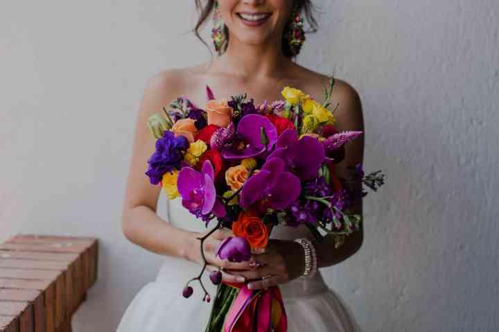 ramo de novia con flores coloridas