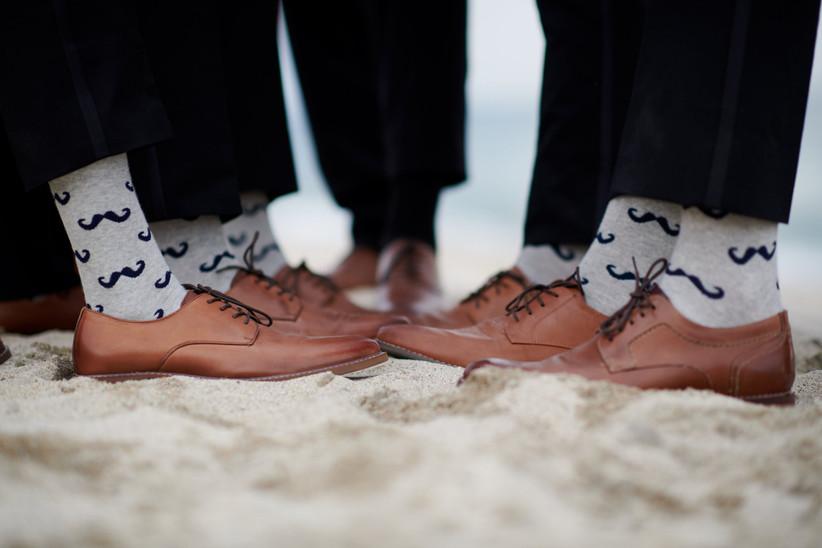 zapatos para novio y best men con medias grises graciosas